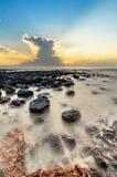 Paisaje marino lento del obturador con la piedra negra Fotos de archivo