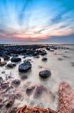 Paisaje marino lento del obturador con la piedra negra Fotografía de archivo libre de regalías