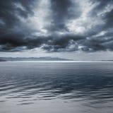 Paisaje marino lluvioso azul marino. Cielo tempestuoso Imágenes de archivo libres de regalías