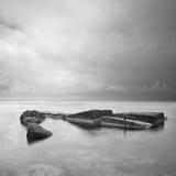 Paisaje marino minimalista negro y blanco con las rocas. Fotografía de archivo libre de regalías