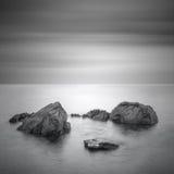 Paisaje marino minimalista negro y blanco con las rocas. Imagen de archivo libre de regalías