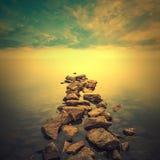 Paisaje marino minimalista Salida del sol costera Fotos de archivo