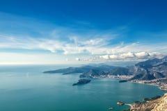 Paisaje marino Montenegro. Montañas e islas. Imagen de archivo libre de regalías