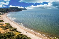 Paisaje marino pacífico con los bancos escarpados Fotografía de archivo