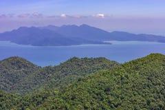 Paisaje marino panorámico del verano hermoso Vista de la isla de la costa costa en el mar en la región de Asia Foto de archivo