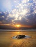 Paisaje marino pintoresco durante puesta del sol Fotos de archivo