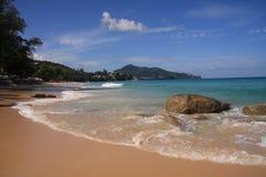 Paisaje marino, playa de Surin, Phuket imagenes de archivo