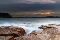 Paisaje marino suave de la salida del sol de la alta nube de la plataforma de la roca imagen de archivo