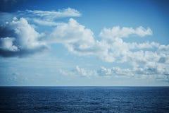 Paisaje marino tranquilo y plano fotos de archivo libres de regalías