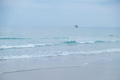 Paisaje marino y cielo azul con un barco Fotografía de archivo libre de regalías