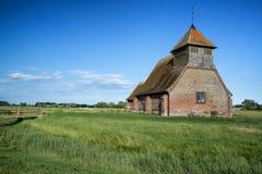 Paisaje medieval antiguo de la iglesia contra el cielo del verano de la tarde Imagen de archivo