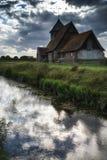 Paisaje medieval antiguo de la iglesia contra el cielo del verano de la tarde Foto de archivo libre de regalías