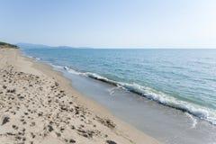 Paisaje mediterráneo con la playa vacía y el cielo azul Foto de archivo libre de regalías
