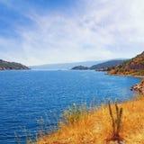 Paisaje mediterráneo del verano Montengro, vista de la bahía de Kotor Imagen de archivo