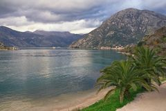 Paisaje mediterráneo hermoso en día de invierno nublado Montenegro, vista de la bahía de Kotor Imagen de archivo