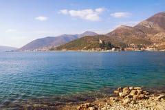 Paisaje mediterráneo hermoso en día de invierno soleado Montenegro, bahía de Kotor Fotografía de archivo libre de regalías