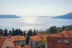 Paisaje mediterráneo hermoso Montenegro, mar adriático Vista de la bahía de Kotor y de tejados rojos de la ciudad de la playa de  fotos de archivo