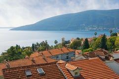 Paisaje mediterráneo hermoso montenegro Vista de la bahía de Kotor y de tejados rojos de la ciudad de Herceg Novi foto de archivo