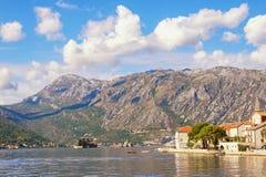 Paisaje mediterráneo Montenegro, vista de la bahía de Kotor cerca de la ciudad de Perast Imagen de archivo libre de regalías