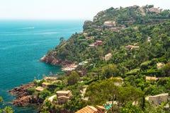 Paisaje mediterráneo, vista del pueblo y costa costa, r francés Foto de archivo libre de regalías