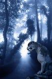Paisaje misterioso con la estatua antigua del león en bosque brumoso foto de archivo