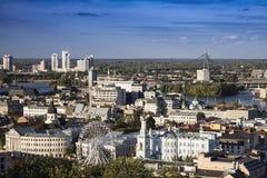 Paisaje moderno grande urbanístico de la ciudad Kiev, Ucrania imagenes de archivo