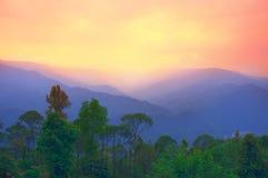 Paisaje: Montaña y puesta del sol Fotos de archivo libres de regalías