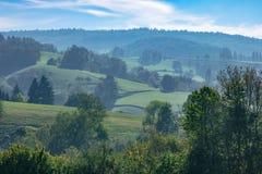 Paisaje montañoso de niebla del verano tardío fotos de archivo libres de regalías