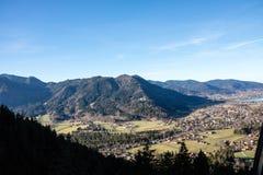Paisaje montañoso escénico con la ciudad Fotografía de archivo libre de regalías