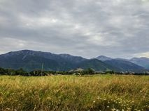 Paisaje montañoso típico en la isla del sur de Nueva Zelanda fotos de archivo