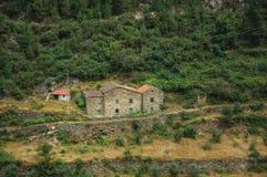 Paisaje montañoso y campos colgantes con una casa de campo rústica imagen de archivo libre de regalías