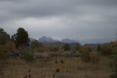 Paisaje multicolor del otoño con la cordillera y los prados foto de archivo libre de regalías