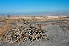 Paisaje natural con el carro arruinado y abandonado por el borde de la carretera Imagenes de archivo