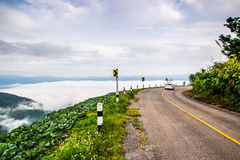 Paisaje natural de la montaña de Phuchefah con el camino Foto de archivo libre de regalías