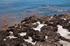 Paisaje natural hermoso de la costa con las cavidades de la sal foto de archivo libre de regalías