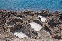 Paisaje natural hermoso de la costa con las cavidades de la sal imagen de archivo