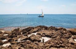 Paisaje natural hermoso de la costa con las cavidades de la sal fotografía de archivo