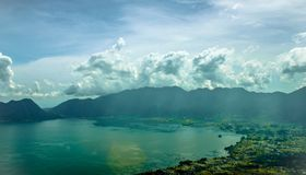 Paisaje natural hermoso de la montaña y del lago azul imagen de archivo