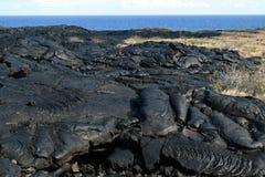 Paisaje negro de la lava a lo largo de la cadena del camino de los cráteres Foto de archivo libre de regalías