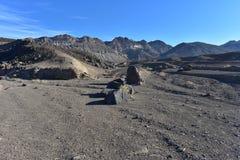 Paisaje negro Death Valley del desierto de las montañas Fotos de archivo libres de regalías