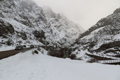 Paisaje Nevado con el camino de la montaña Foto de archivo
