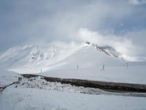 Paisaje Nevado a lo largo del camino militar georgiano en la primavera fotografía de archivo libre de regalías