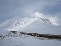 Paisaje Nevado a lo largo del camino militar georgiano en la primavera imagenes de archivo