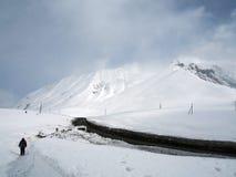 Paisaje Nevado a lo largo del camino militar georgiano en la primavera imagen de archivo