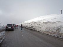 Paisaje Nevado a lo largo del camino militar georgiano en la primavera foto de archivo