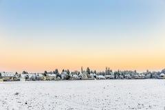 Paisaje nevado y pueblo Foto de archivo libre de regalías