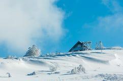 Paisaje nevoso de la montaña del invierno Foto de archivo libre de regalías