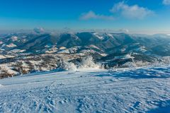 Paisaje nevoso de la montaña del invierno imagen de archivo libre de regalías