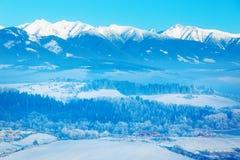 Paisaje nevoso de la montaña hermosa y valle hermoso Fotografía de archivo