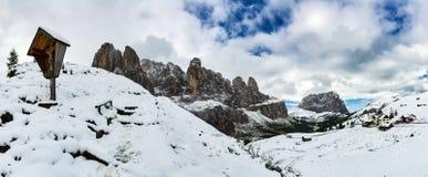 Paisaje nevoso de las montañas visto del paso de Gardena foto de archivo libre de regalías